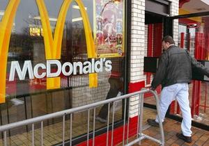 Во Львове за кражу стульев из McDonald s задержаны два человека