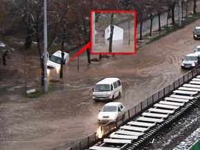 Вчера две киевские улицы залило водой