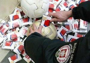Белорусского тренера поймали на контрабанде сигарет в футбольных мячах