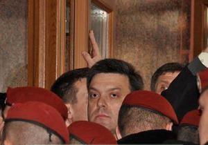 В Ивано-Франковске произошла потасовка между бойцами Беркута и сторонниками Свободы во главе с Тягнибоком