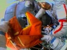 Российские космонавты вернулись с первой космической прогулки