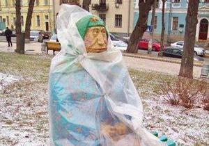 Скульптуру бабушки в киевском парке укутали в плащ