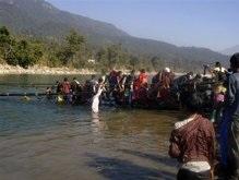 Обрушение моста в Непале: число жертв растет