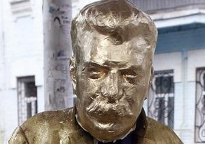 Фотогалерея: Писающий Сталин. Скандальная акция партии Братство