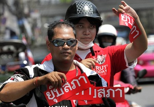 Премьер-министра Таиланда будут преследовать тысячи мотоциклистов