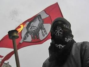 Десять членов Братства помочились на посольство России в Украине