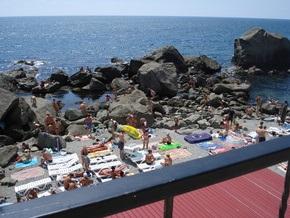Жители Алупки снесли закрывающую вход на пляж калитку и утопили ее в Черном море