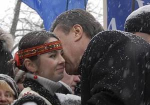 Во Львове Януковичу подарили вышиванку