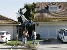 США: двухмоторный самолет упал на жилые дома