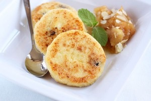 Рецепт: Сырники с изюмом