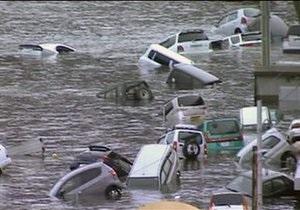 Землетрясение в Японии: В Токио горит нефтехранилище, цунами накрыло аэропорт Сэндай