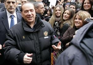Берлускони появился на публике в куртке с гербом РФ
