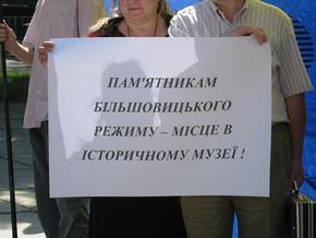 В Запорожье националисты принесли к памятнику Дзержинскому венок из колючей проволоки