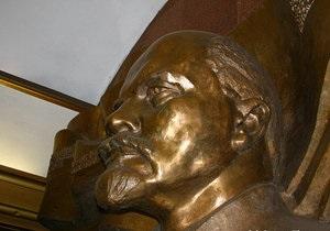 Неизвестные кувалдами поцарапали горельеф Ленина в киевском метро