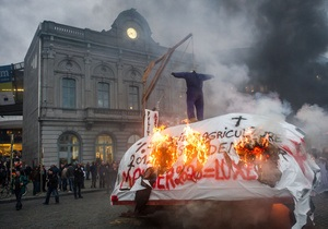 Фотогалерея: Невеселые молочники. В Брюсселе фермеры провели масштабную акцию протеста против политики Евросоюза