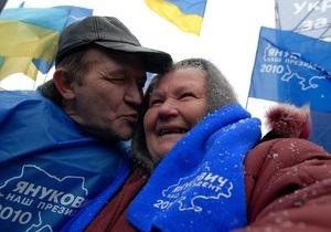 Несколько сотен сторонников Януковича собрались у здания ВАСУ