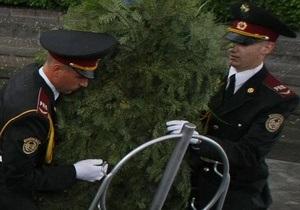 Венок, который упал на Януковича, выставили на торги