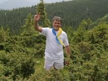 Ющенко поднимается на Говерлу под аккомпанемент дождя