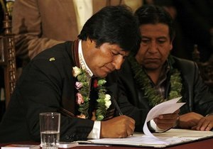 Боливия намерена национализировать частные СМИ