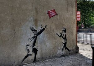 В Лондоне из стены вырезали граффити Бэнкси