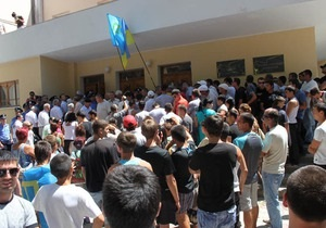 Оппозиционные крымские татары пикетировали Курултай