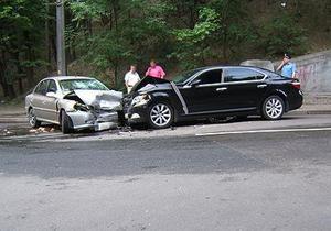 В центре Киева Lexus лоб в лоб столкнулся с Kia