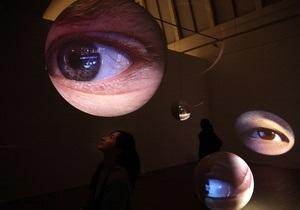В США разрабатывают линзы, которые смогут транслировать информацию непосредственно в глаз