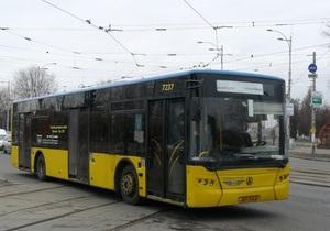 В Киеве из автобуса выпала пассажирка