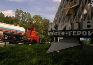 Несмотря на запрет властей, большегрузный транспорт в жару ездит по Киеву