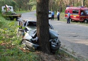 На Трухановом острове в Киеве Лада врезалась в сосну: пятеро госпитализированы