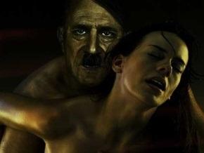 В Германии разгорелся скандал вокруг социальной рекламы с изображением голого Гитлера
