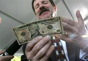 Межбанк: доллар удерживает позиции