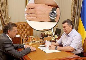 Янукович встречал министров с надетыми вверх ногами часами