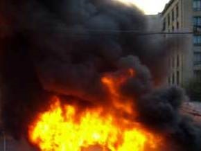 В центре Киева дотла сгорел элитный джип