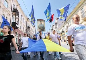 День победы - новости Украины: В Ивано-Франковске члены ВО Свобода перекрыли коммунистам доступ к центральной площади
