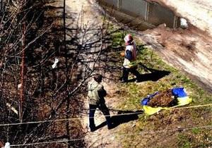 Черниговская уборщица не знала, что собирала мусор в государственный флаг - ТВ