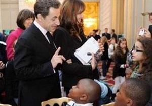 Саркози с супругой сыграли Деда Мороза и Снегурочку