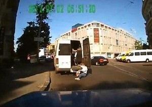 В Днепропетровске из переполненной маршрутки на ходу выпала женщина