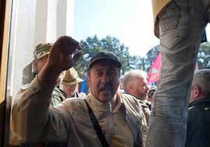 Участники акции протеста вплотную подошли к зданию парламента