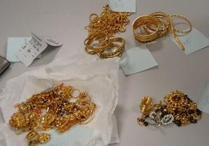 Двое пассажиров из Дубая пытались ввезти в Украину около килограмма золота