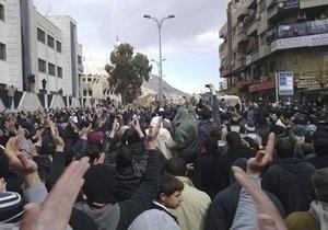 Сирийские полицейские открыли огонь по протестующим в Дамаске