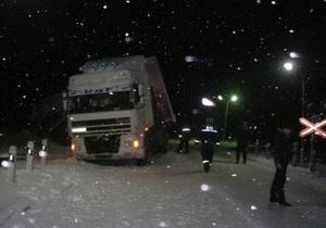 В Крыму перевернувшаяся фура почти на час перекрыла движение на железнодорожном переезде