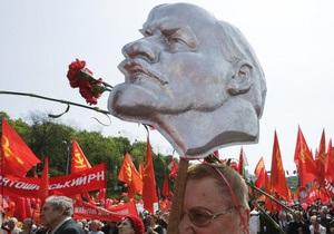 В Киеве коммунисты отказались от марша, и празднуют годовщину Октябрьской революции возле памятника Ленину
