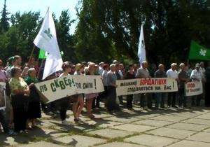 Киевляне провели митинг в защиту сквера Януковича