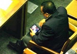 Индонезийский депутат лишился мандата после просмотра порно на рабочем месте