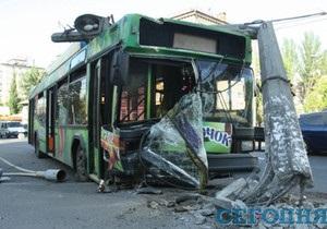 В Киеве троллейбус врезался в столб, пострадали трое пассажиров