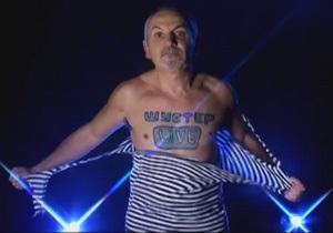 Савик Шустер для рекламы своего шоу порвал на себе тельняшку (обновлено)