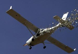 В США небольшой самолет упал на жилые дома: три человека погибли