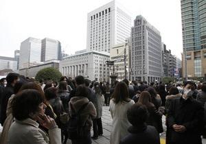 Очевидец землетрясения в Японии: Пока сидим около дома, но шатает знатно