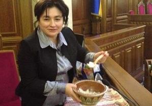 Рада - оппозиция - Матиос принесла однопартийцам в Раду вареники и пирожки
